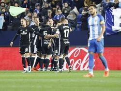 Los jugadores del Betis celebran el gol de Durmisi en La Rosaleda. (Foto: Imago)