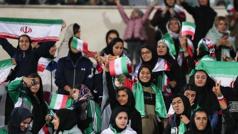 Iranische Frauen jubeln bei einem Fußballspiel auf der Tribüne