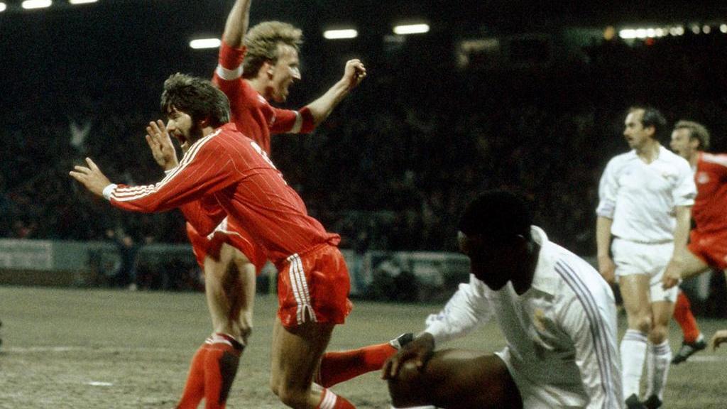 1982 überrollte der 1. FC Kaiserslautern mit Funkel (l.) und Brehme (2.v.l.) Real Madrid