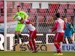 Ramon Leeuwin speelt een sterke wedstrijd tegen Ajax. De Utrecht-verdediger is Arek Milik zowel over de grond als door de lucht de baas. (13-12-2015)