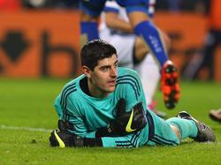 Thibaut Courtois ligt verslagen op de grond. De Belgische doelman is voor de tweede keer verschalkt door Leicester City. (14-12-2015)