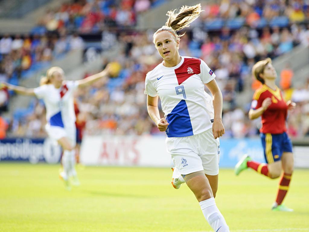 Vivianne Miedema (m.) viert op gepaste wijze haar doelpunt in de finale van het EK onder 19 jaar. (27-07-2014)