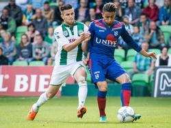 Caner Çavlan (r.) probeert Bryan Linssen (l.) van de bal te houden tijdens FC Groningen - sc Heerenveen. (13-09-2015)