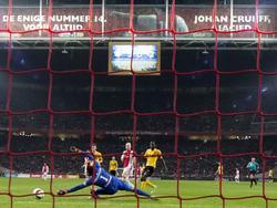 Vlak voor tijd scoort Davy Klaassen (m.) de 6-0 voor Ajax. Met zijn tweede treffer evenaart Klaassen Victor Fischer en Arkadiusz Milik, die ook tot twee doelpunten zijn gekomen. (31-10-2015)