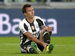 Mario Mandžukić voelt aan zijn enkel tijdens het competitieduel Juventus - Cagliari (21-09-2016).