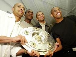 Dede (l.), Marcio Amoroso (3.v.l.) und Ewerthon (r.) bejubeln 2002 die deutsche Meisterschaft