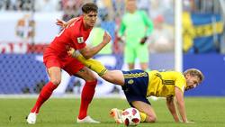 Emil Forsberg (r.) hatte gegen England keinen leichten Stand