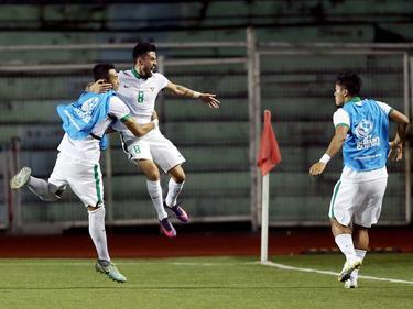 Stefano Lilipaly (m.) viert zijn treffer tijdens de wedstrijd in de AFF Suzuki Cup tussen Singapore en Indonesië (25-11-2016).