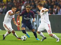 Neymar hace diabluras entre dos contrarios en la ida. (Foto: Getty)
