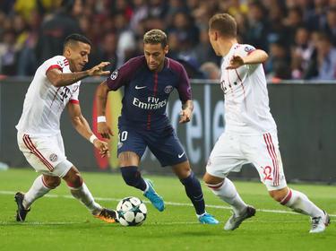 Neymar hace un regate en Champions ante el Bayern. (Foto: Getty)