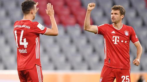 Torschütze Ivan Perišić bedankt sich beim Vorlagengeber Müller