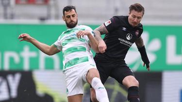 Der Fürther Mergim Mavraj (l.) kämpft mit dem Nürnberger Manuel Schäffler um den Ball