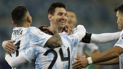 Alejandro Gomez feiert mit seinen Teamkollegen Lionel Messi (M.), Marcos Acuna (r.) und Angel Correa