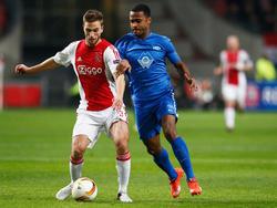 Joël Veltman (l.) wil opbouwen tijdens de Europa League-wedstrijd Ajax - Molde FK, maar krijgt te maken met Ola Kamara. (10-12-2015)
