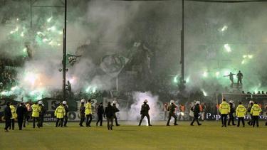Der griechische Fußball wird seit Jahren von Ausschreitungen und Gewalt rings um die Plätze, und auch gegen Schiedsrichter überschattet