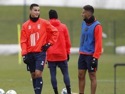 Twee oude buitenspelers van Ajax hebben een onderonsje op de training van Lille OSC. Anwar El Ghazi (l.) en Ricardo Kishna (r.) wachten nog op hun debuut in Frankrijk. (02-02-2017)