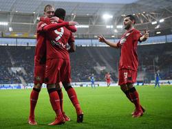 Leverkusener Glück: Leon Bailey (M.) wird von seinen Kollegen geherzt