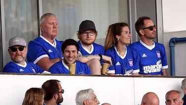 Ed Sheeran (M., mit Cappy) unterstützt Ipswich Town