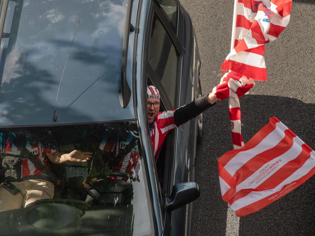 Mit Fahnen aus dem Auto zu jubeln ist für die Fans erlaubt