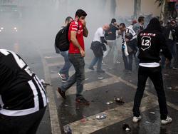 Anhänger von Beşiktaş suchen Schutz vor dem Tränengas