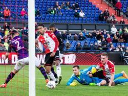 V.l.n.r: Saïd Bakkati kan niet voorkomen dat Jean-Paul Böetius uit een rommelige situatie de 1-0 scoort in het oefenduel Feyenoord - FC Emmen. Luis Pedro kijkt achter de rug van Boëtius toe, terwijl keeper Marko Meerits en Wessel Dammers elkaar bezig houden op de grond. (04-01-2015)