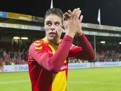 Teije ten Den bedankt de Adelaarshorst na afloop van de wedstrijd Go Ahead Eagles - Jong Ajax. De spits neemt als invaller de volledige productie van de wedstrijd op zich, het wordt 2-0 in Deventer. (18-09-2015)