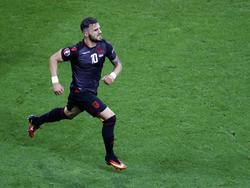Armando Sadiku trekt een sprint naar de dug-out nadat hij het eerste EK-doelpunt ooit heeft gemaakt voor Albanië, wat hij deed tegen Roemenië. (20-06-2016)
