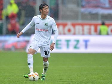 Hiroshi Kiyotake bewaart het overzicht met de bal aan zijn voet tijdens de competitiewedstrijd tegen FC Ingolstadt 04. (23-04-2016)
