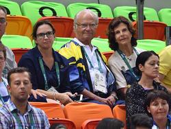Das schwedische Königspaar als Fußballfans (oben, Mitte und rechts)