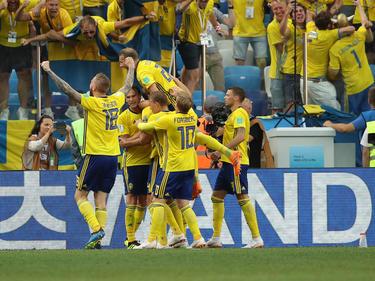 Los jugadores suecos felicitan a su goleador tras anotar. (Foto: Getty)