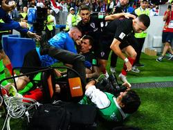 Los jugadores croatas se llevaron por delante a la prensa en su celebración. (Foto: Getty)
