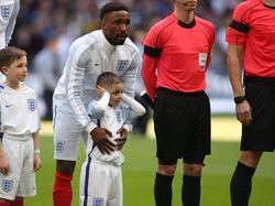 Englands Jermain Defoe steht vor Spielbeginn hinter dem fünfjährigen Bradley Lowery