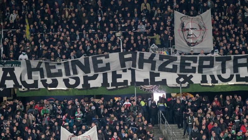 Fans von Hannover 96 zeigen ein Banner