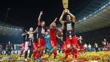 Daniel van Buyten (vorne) führte die Münchner Siegerpolonaise an
