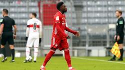 Münchens Abwehrspieler Alphonso Davies geht nach der Roten Karte vom Spielfeld. Foto: Matthias Schrader/AP POOL/dpa