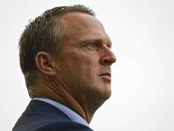 John van den Brom bekijkt het spel van zijn ploeg AZ Alkmaar tijdens het uitduel met De Graafschap. (12-09-2015)