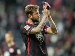 Marco Russ saluda a los fans del Eintracht. (Foto: Getty)