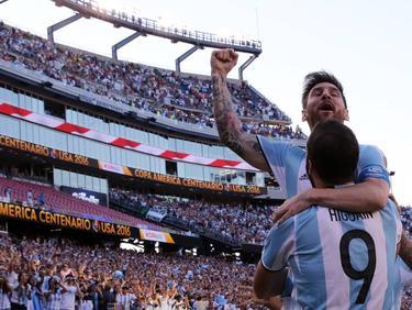Gonzalo Higuaín en Lionel Messi vieren een doelpunt tegen Venezuela (4-1). De Argentijnen zijn verzekerd van een plaats in de halve finale van de Copa America. (18-06-2016)
