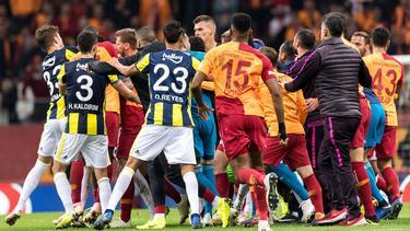 Zwischen Galatasaray und Fenerbahce kam es zu wilden Jagdszenen nach Abpfiff