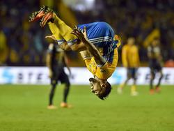 Delort celebra un tanto de manera acrobática con Tigres. (Foto: Imago)