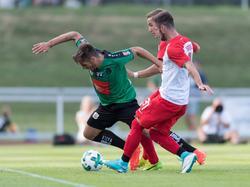 Marcel Heller (r.) spielte erstmals für den FC Augsburg
