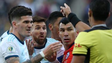 Messi y Medel teminaron expulsados.