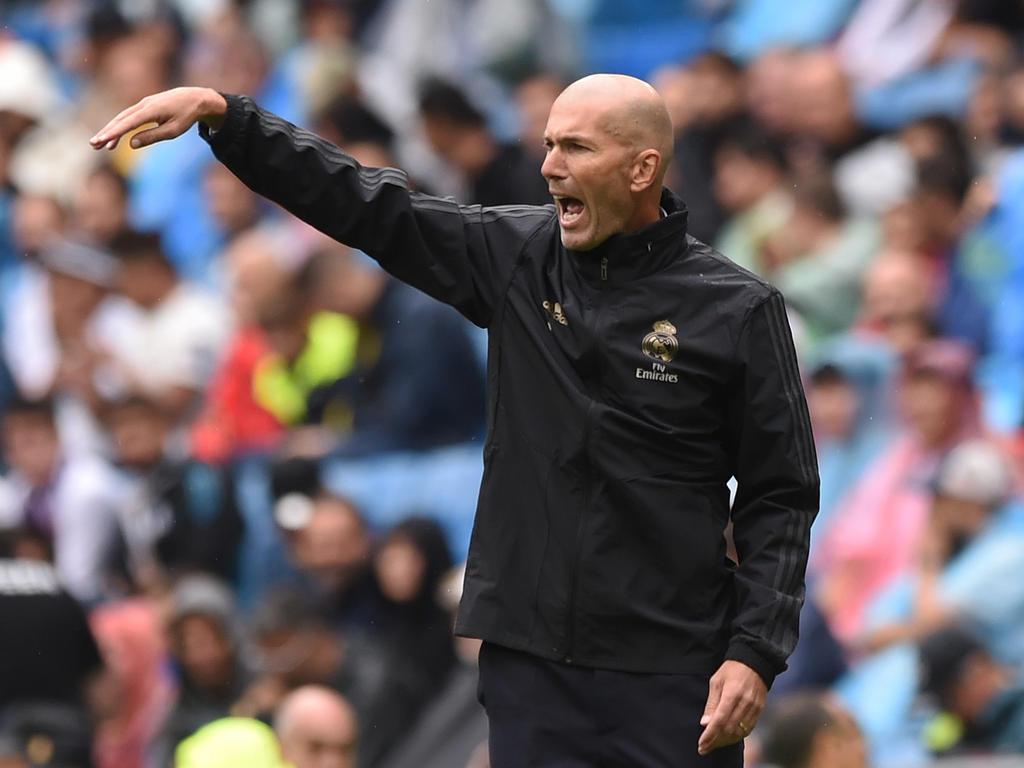 Zidane da órdenes desde la zona técnica del Bernabéu.