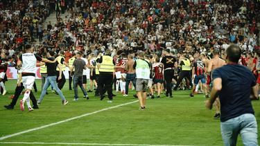 Fans stürmten das Spielfeld