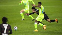Ridle Baku vom VfL Wolfsburg im Duell mit Nicolás González vom VfB Stuttgart