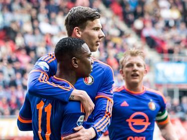 Michiel Kramer (m.) opent na een uitstekende actie van Eljero Elia (l.) de score bij de competitiewedstrijd FC Twente - Feyenoord. (10-04-2016)