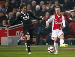 Daley Sinkgraven (r.) debuteert namens Ajax tijdens het competitieduel met AZ Alkmaar. (05-02-2015)