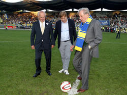 Vienna-Legende Hans Buzek beim Ehrenankick im Derby gegen den Sportklub