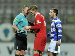 Tijdens Jong FC Twente - De Graafschap ontsnapt Jelle van der Heyden (m.) aan een gele kaart. Davy Otto (l.) doet het af met een preek, waar Jordan García-Calvete aandachtig naar luistert. (23-02-2015)
