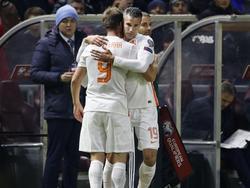 Robin van Persie (r.) wordt tegen Kazachstan in het veld gebracht voor Klaas Jan Huntelaar (l.) en speelt zijn honderdste wedstrijd voor het Nederlands elftal. (10-10-2015)